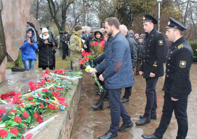 На митинге памяти: море цветов и плачущий дождь…