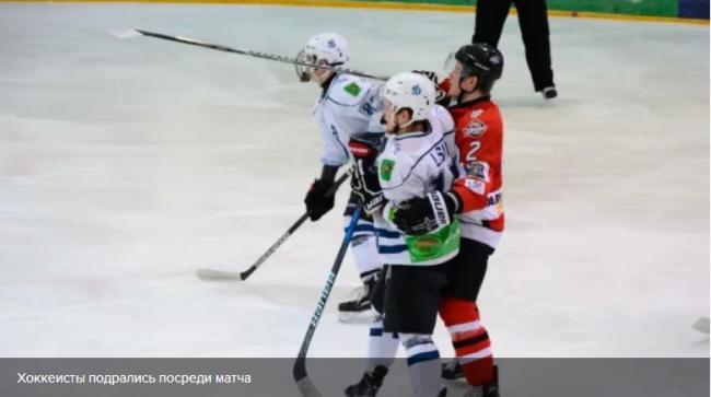 Украинские хоккеисты устроили драку прямо посреди матча: видео