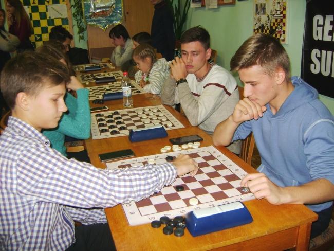 Школьники играли в шашки