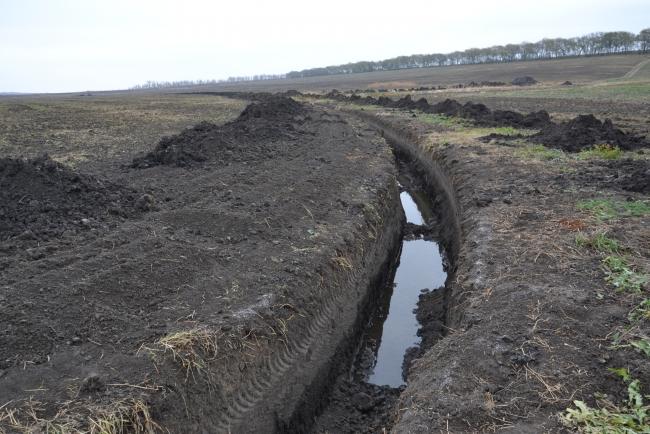 Фермер-ореховод вскрыл на своём поле старое русло малой реки