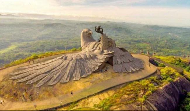 Художник потратил 10 лет на создание крупнейшей в мире скульптуры птицы: как она выглядит