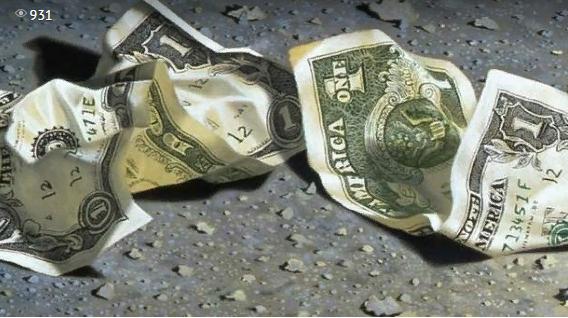 Инкассаторы разбросали по дороге 175 тысяч долларов: что творилось на трассе