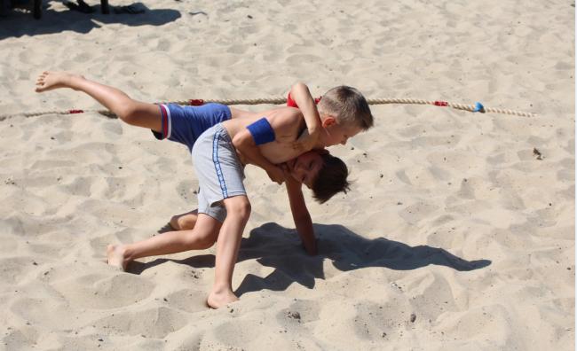 Первый в Измаиле чемпионат по пляжной борьбе выдался многолюдным и азартным