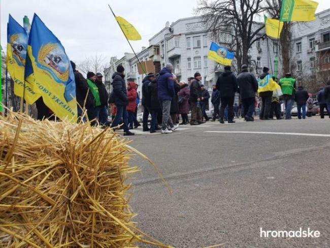 Аграрии возобновили акции протеста