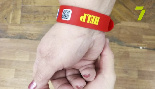 Слабослышащим и глухим одесситам выдают ID-браслеты