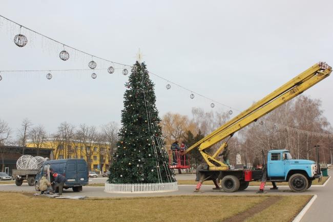 Город снимает свой праздничный наряд