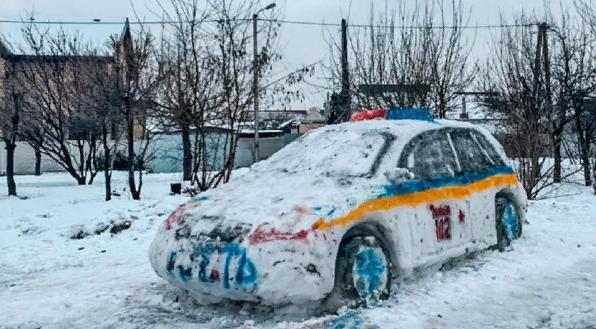 В Днепре из снега слепили авто патрульных: из-за чрезмерной схожести приехала полиция