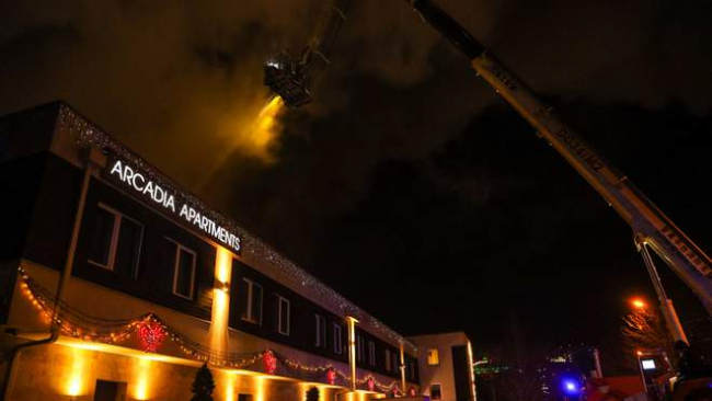 Вода замерзает на одежде пожарных: в Одессе пылает отель, есть жертва