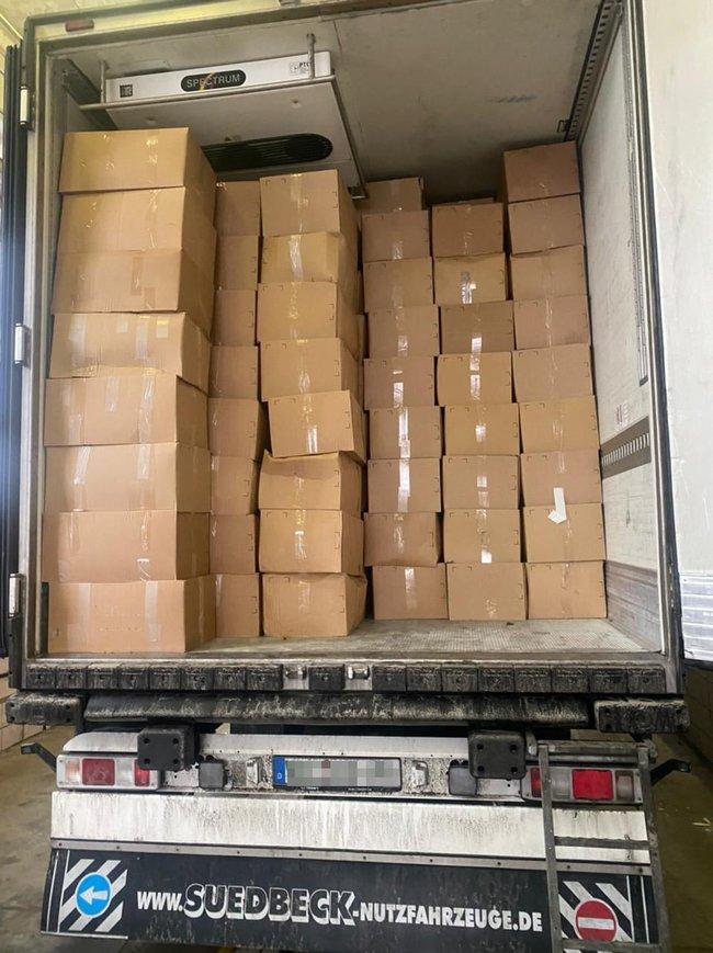 Под видом гуманитарной помощи в Украину пытались ввезти партию контрабандной одежды более чем на 25,7 млн грн, - Госпогранслужба