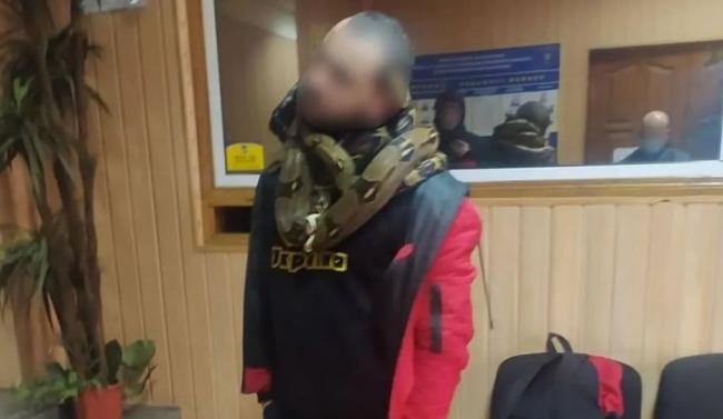 В центре Киева мужчина пугал прохожих змеями