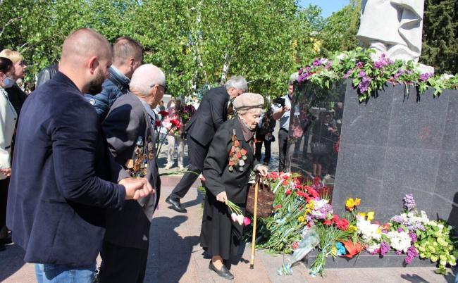 Цветы героям войны - нескончаемым потоком шли и шли измаильчане к памятнику воинам-освободителям...