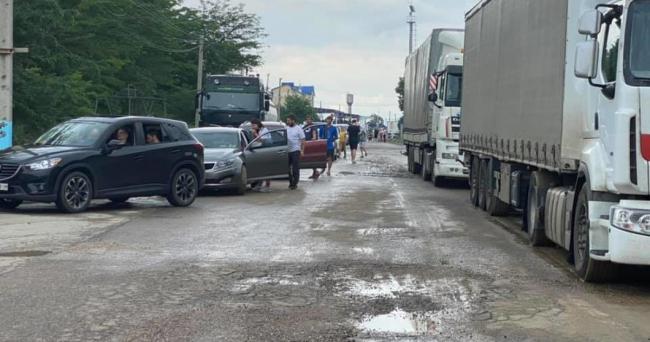 """На КПП """"Рени"""" перед матчем в Бухаресте застряли сотни авто с фанатами сборной"""