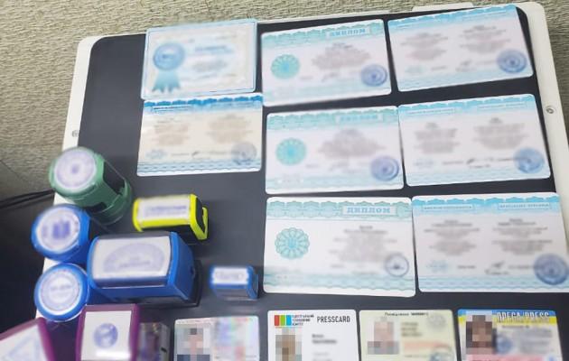 В Хмельницкой области накрыли типографию, делавшую поддельные дипломы и COVID-сертификаты
