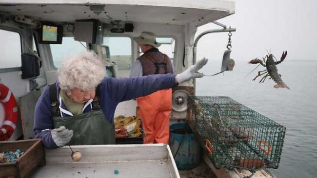 101-летняя бабушка стала героиней мемов: она просто выбросила омара в море