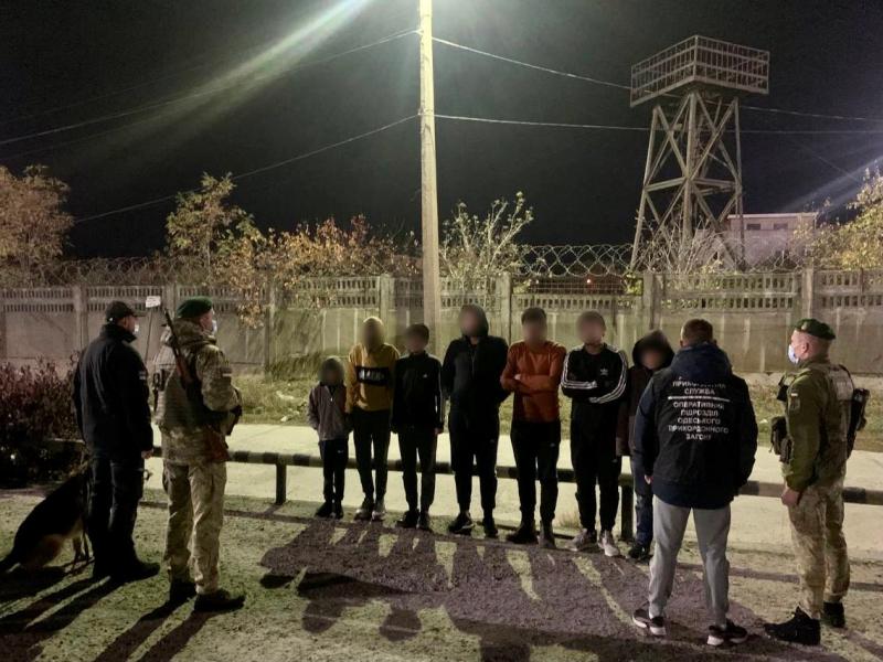 У вантажівках, що прибули морем з Туреччини, прикордонники знайшли групу нелегальних мігрантів