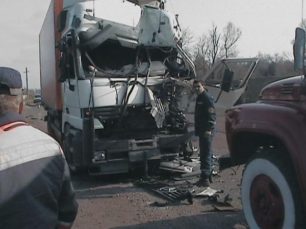...что кабина грузовика, следовавшего впереди, буквально сплющилась вместе с человеком, сидящим внутри.